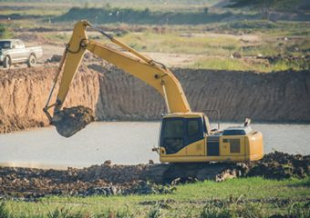 Un Agriculteur s'équipe d'une mini-pelle et règle tous ses problèmes d'irrigation